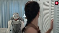 小伙伪装成机器人, 故意把咖啡洒到女友身上, 让机器人帮忙换衣服
