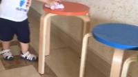 宝宝帮妈妈擦凳子