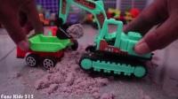 快乐的大卡车在负责挖掘机装好的河沙,有意思 的工程车
