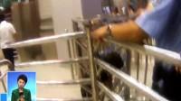 河南安阳:男孩头部被护栏卡住 铁警紧急破拆 170826
