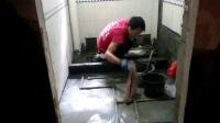 涂刷防水处理施工步骤:一 墙地湿透水,二 先刷墙再到地,三 防水越薄越好,防水与水泥的比例5比2  培训教学视频