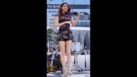 【街拍】韩国高挑美女街头拉小提琴 一双美腿