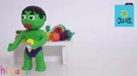 调皮小绿巨人恶作剧把蜘蛛侠宝宝用彩色胶带绑在沙发上