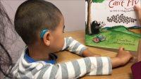 小宝三岁十个月,自闭症。小宝在语言训练课上给老师讲书上的内容