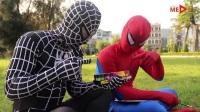 充满艺术细胞的蜘蛛侠在草坪上上制作精美的绘画