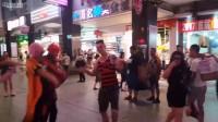 【全民局长】外国人这么会尬舞?街头杀马特尬舞激斗外国小哥