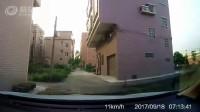 電動車轉彎不減速觀察撞了小汽車