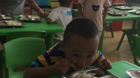 大茗第二天在幼儿园吃饭