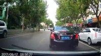 自行车为日本车随意开车门,撞掉路边白车后视镜