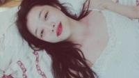 雪莉穿吊带裙躺床上自称要与自己结婚