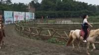 美女在重庆铜梁骑马