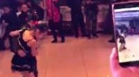两个女孩跳恰恰舞