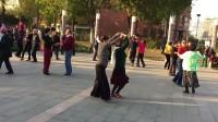 2017年11月4日在北京枣林公园李玲和冬梅跳交谊舞伦巴