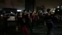 美丽的夜晚,一群美女在广场翩翩起舞!