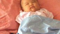 宝宝躺妈妈枕头睡觉姿势IMG_1211