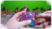 米老鼠和唐老鸭一起在沙滩拆水晶玩具蛋,迪迦奥特曼 哆啦a梦