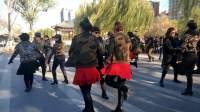 霍州快乐水兵舞团两个美女队员与冬冬老师共舞第六套水兵舞