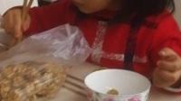 自恋萌娃练习夹筷子