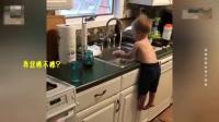"""萌娃为了帮妈妈洗碗用肚子把自己""""挂""""起来"""