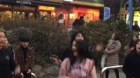 3个女神萌妹子在街头模仿韩国女团辣舞, 粉色衣服那个不错~