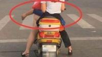 惊异发现,摩托车上怎么会多出一只男人的手?