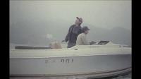 女子去玩海上热气球,游艇发动后,人就飞上了天空,两人隔空喊话