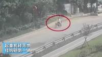 【广东深圳:一辆起重机挂钩未固定好,砸倒一骑行的电动车,又与一重型货车碰撞,造成司机当场死亡】