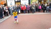 街头一小男孩耍起了花式足球俯卧撑, 担心咱们国足的未来
