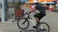 我在攀爬摩托车VS攀爬自行车 超酷截了一段小视频