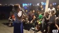 武汉汉阳江滩唱歌的美女。