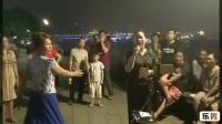 武汉汉阳江滩唱歌的美女姐姐。