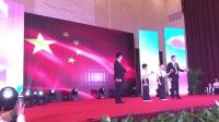 中国花样少年语言艺术大赛河南省总决赛的颁奖典礼中师生同台表演快板书《天安门前看升旗》