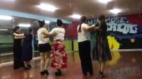美女辣妈们在教室跳集体双人《探戈》舞