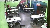 视频监控:巴西两歹徒进餐厅打劫,被警察击毙