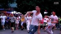 点击观看《妖男pk花样奶奶《小苹果》逆袭重庆坝坝舞(广场舞)》