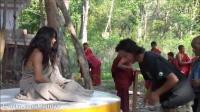 结束六年冥想的前一天 梅呾利耶咕如(巴登多杰)在丛林给予祝福 2011年5月16日