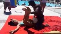 裸体女身上压气球,你能压爆几个?