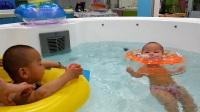 哥哥和妹妹一起洗澡 儿童游泳戏水
