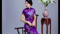 着一袭紫色的旗袍