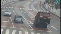 监控实拍:超载大货车 突然腾空而起 这是要起飞啊...