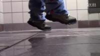 撒尿在路人鞋子上恶作剧