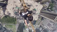 惊!楼顶攀爬300米吊塔