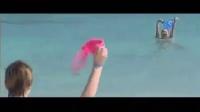 两位美女海滩洗澡内裤内衣被偷