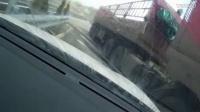 监控实拍:女司机高速上倒车转弯 惨遭大货车削头 吓尿了...