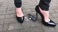 外国美女穿高跟鞋检验苹果手机的强度指标