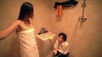 男生给浴室洗澡的美女递身体乳,你脱衣服干嘛?笑喷了