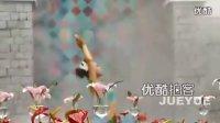 【拍客】实拍美女顶着寒风步行街表演瑜伽引围观加Q1335491460你懂的