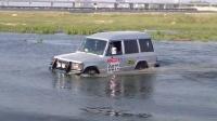 越野e族三菱帕杰罗老山猫越野车霸气过河捡风筝回来的涉水视频