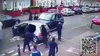监控实拍:路虎大众街头火拼 路虎被砸 车主吓尿弃车就跑...
