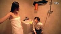 小伙撞门给浴室洗澡的美女递身体乳,你脱衣服干嘛?